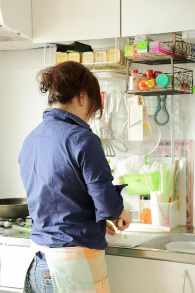 キッチンに立つKaoriさん