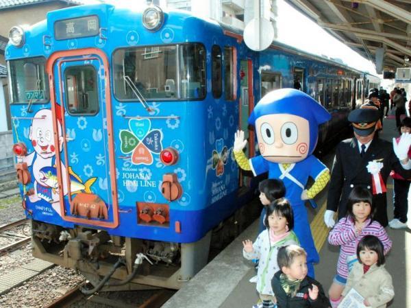 2013年、「ひみぼうずくん」が描かれたラッピング列車の出発を見送る「忍者ハットリくん」と子どもたち