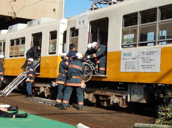 乗客を救出。総合事故対策訓練の様子=2015年11月20日
