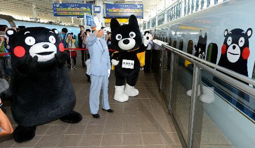 2013年、ラッピング新幹線を見送るくまモンとくろちゃん