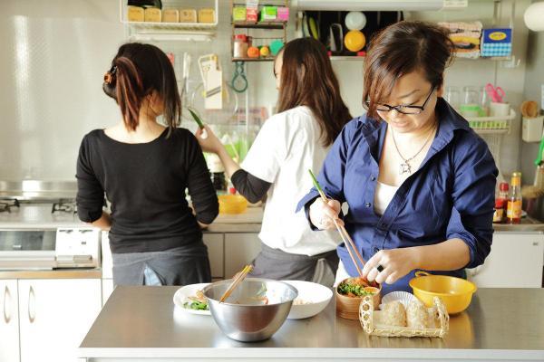 家族3人でキッチンに立つKaoriさん一家