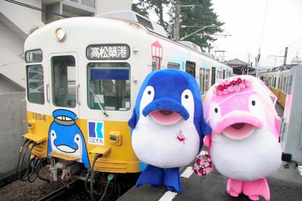 開業100周年記念のラッピング電車と挙式したことちゃん(左)、ことみちゃん =2011年11月12日