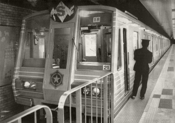 1976年、開通を翌日に控えて試運転する札幌市地下鉄東西線の車両