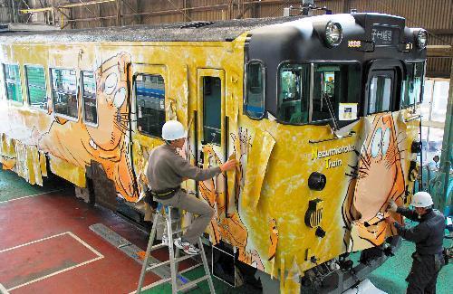 2010年、新デザインのラッピング作業が続く「ねずみ男列車」