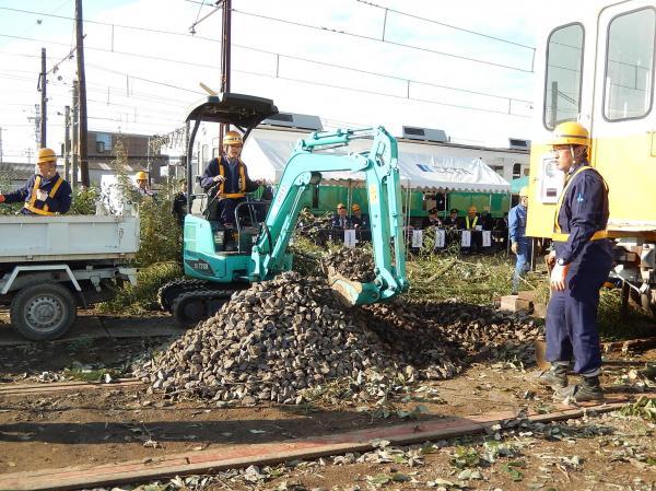 線路をふさいだ石を撤去。総合事故対策訓練の様子=2015年11月20日