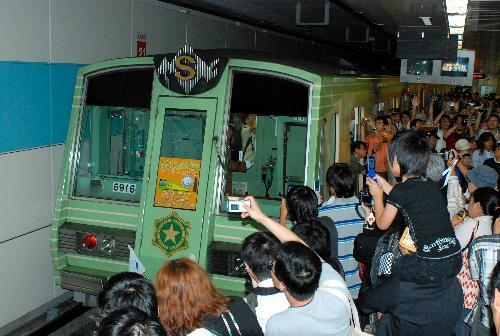 2008年、市営地下鉄東西線・宮の沢駅には6000形のさよなら運行を見守ろうと、多くのファンらでごった返した