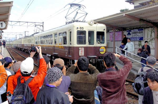 最後の運行日を迎えた高松琴平電気鉄道の車両「60形65号」=2007年11月4日