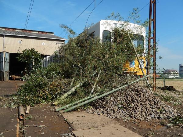 電車の前方部が竹や石でふさがれた。総合事故対策訓練の様子=2015年11月20日