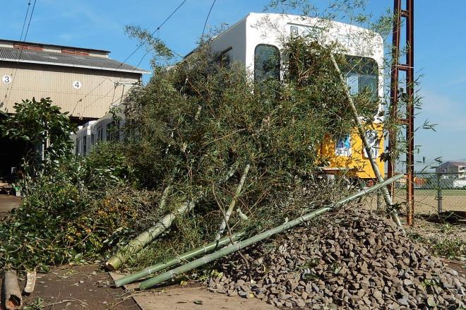 前方部をすごい量の竹と石で覆われた、高松琴平電気鉄道の車両。20日の事故対策訓練で