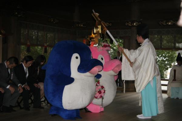 金刀比羅宮で神前結婚式を挙げるイルカのゆるキャラ「ことちゃん」(手前)と「ことみちゃん」 =2011年11月18日