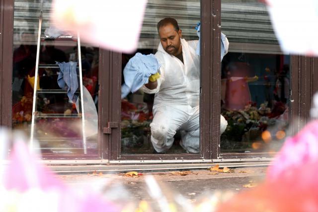 襲撃のあったカフェでは、店のガラスが入れ替えられ、開店準備が進んでいた=21日、パリ、金川雄策撮影
