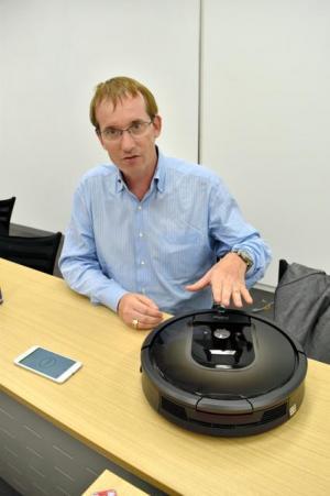 スマートフォンで動かせる最新型ルンバについて説明するアイロボットのコリン・アングル社長=都内