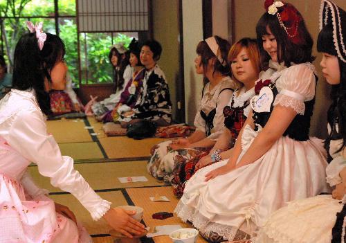 お茶を楽しむロリータ服姿の参加者たち=2011年6月
