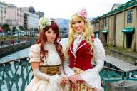 小樽運河の前でロリータファッションに身を包んだ2人=2013年4月、小樽市役所観光振興室提供