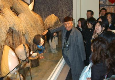 水木しげる記念館の内覧会でファンと交流。鬼太郎たちの住み家も、どことなく南の島を思わせた=2003年3月7日
