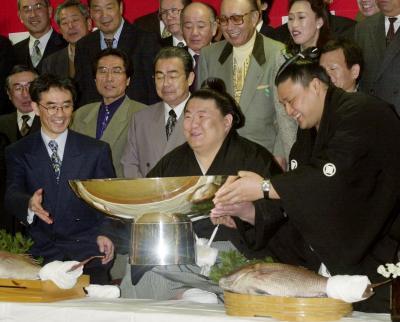 優勝し祝杯をあげる貴闘力。右は貴乃花=2000年3月