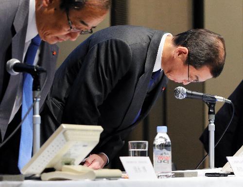 【タカタ、エアバッグ異常破裂問題】会見の冒頭、頭を下げるタカタの高田重久会長兼社長(右)=2015年11月4日