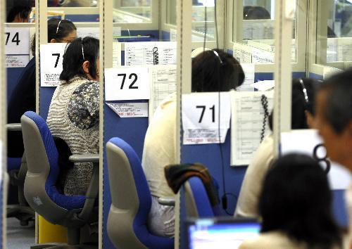 【日本年金機構情報流出問題】年金の受給者らからの問い合わせを受け付けるコールセンターの職員ら=2015年6月2日