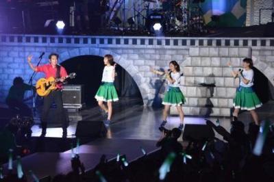 田島貴男さんと共演したNegicco=2015年8月16日、永田篤史撮影