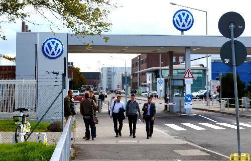 【フォルクスワーゲン排ガス不正問題】フォルクスワーゲンの工場から帰途につく従業員ら=独ウォルフスブルク、2015年9月29日