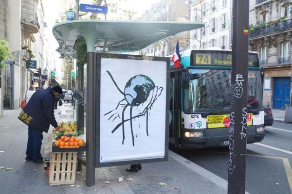 パリ市内に現れたポスター作品