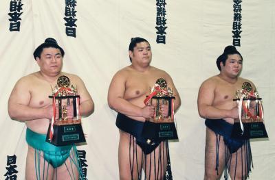 (左から)殊勲賞になった貴闘力、敢闘賞の栃乃洋、技能賞の栃東=1997年7月