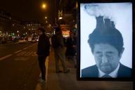 パリ市内に現れた、安倍首相を風刺したポスター