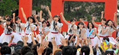 パフォーマンスをするNGT48のメンバー=2015年8月21日、新潟市中央区