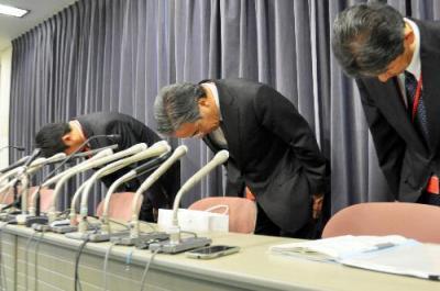 決算会見で謝罪する三井不動産の佐藤雅敏常務(中央)ら=2015年11月6日