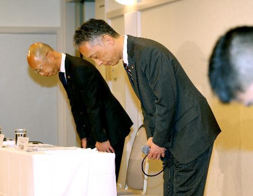 【マクドナルド、異物混入問題】記者会見で頭を下げる日本マクドナルドホールディングスの青木岳彦上席執行役員(右)ら=2015年1月16日