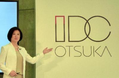 大塚家具の新しいブランドロゴを紹介する大塚久美子社長=2015年7月、東京・新宿