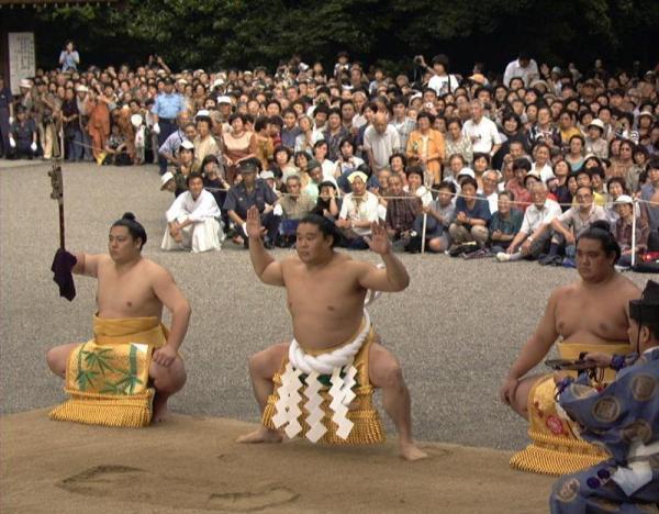 【1998年6月27日】大勢のファンが見守る中、新横綱・若乃花は力強い土俵入りを披露した=
