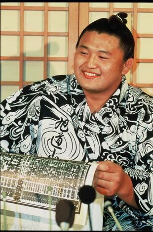 【1991年8月26日】大相撲秋場所を前に、関脇昇進の新番付を見て、思わず笑みがこぼれる貴花田