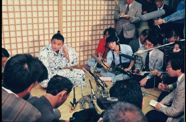 【1989年9月27日】相撲秋場所で幕下で全勝した貴花田。次の九州場所で、史上最年少の17歳2か月で新十両に昇進することが決まった