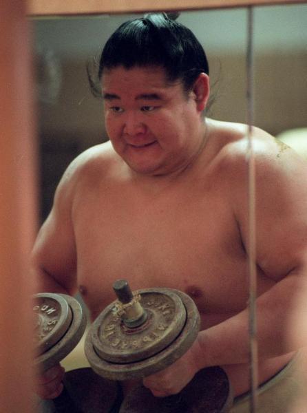 【1997年3月4日】鏡に向かい、ダンベルを上げる若乃花=東大阪市の二子山部屋で
