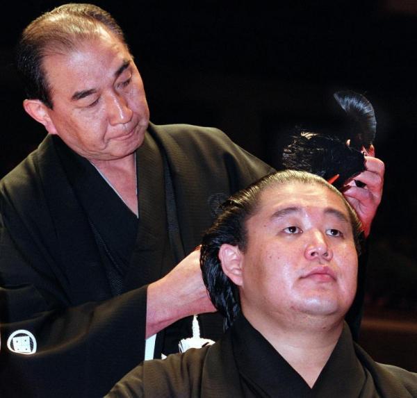【2000年9月23日】断髪式の最後に父親の二子山親方が元横綱若乃花の大たぶさを切り落とした