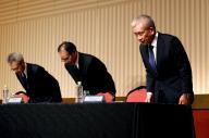 会見を終えて頭を下げるベネッセホールディングスの原田泳幸会長兼社長(右)とベネッセコーポレーションの小林仁社長(中央)、ベネッセホールディングスの松本主税CRO