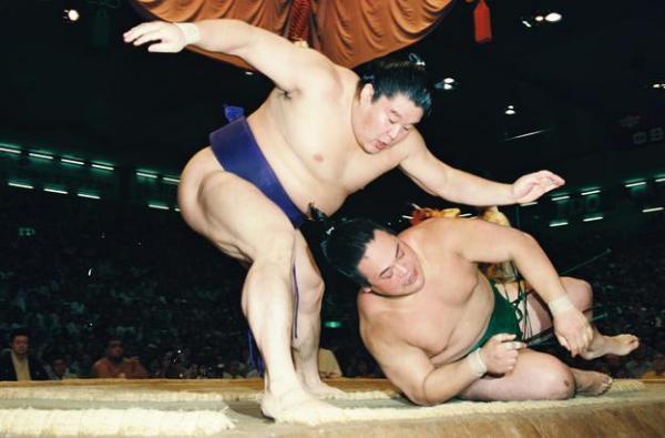 【1997年7月18日】大相撲名古屋場所13日目  若乃花は肩透かしで琴錦を破り、勝ち越しを決める