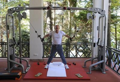 筋トレをするロシアのプーチン大統領=2015年8月、ロイター
