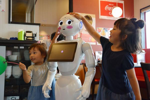 ラーメン店の天下一品「甲府向町店」で子どもたちの人気を集めるペッパー
