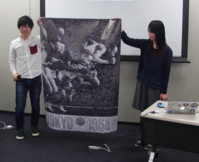 モザイクアートで作った1964年の東京五輪の公式ポスター第2号を発表する学生たち