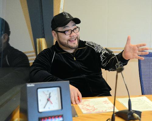 ラジオ番組に出演中の山田ルイ53世さん=2015年1月