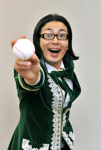 硬式野球のボールを持つ元高校球児のひぐち君=2009年6月