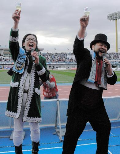 川崎フロンターレの開幕戦に登場した髭男爵=2009年3月、等々力陸上競技場