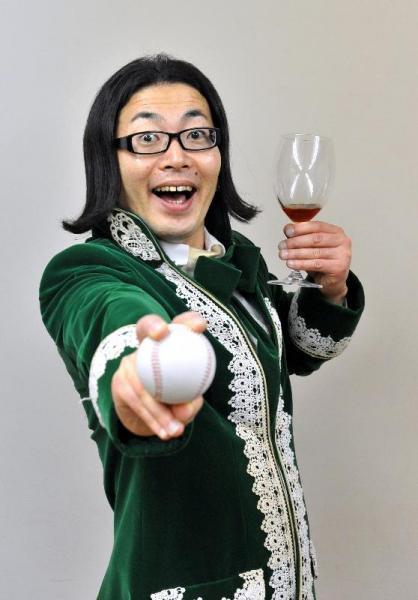 硬式野球のボールとワイングラスを持つ元高校球児のひぐち君=2009年6月