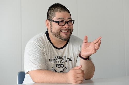 自身の引きこもり体験を振り返る山田ルイ53世さん=2015年9月