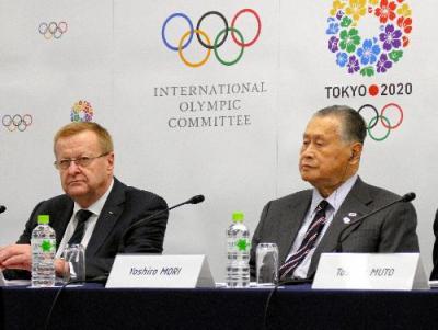 記者会見に出席したコーツIOC副会長(左)と組織委の森氏=2015年10月