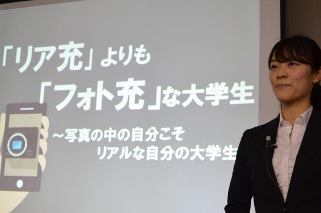 大学生1000人にきいた「SNS時代を生きる大学生の行動モデル」に関する意識調査の発表をする堤優佳さん(上智大3年)=東京・銀座
