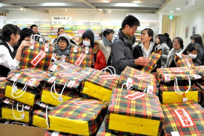 初売りで「お年玉袋」を買い求める客たち=2011年1月2日、伊勢丹浦和店