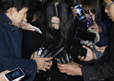 記者に囲まれる大韓航空元副社長の趙顕娥(チョ・ヒョナ)氏=2014年11月、ロイター